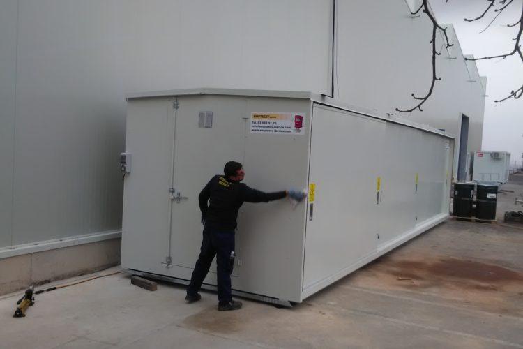 Montaje de un Almacén modular transitable de 10 metros fabricado a medida y con puertas correderas en el frontal, para productos altamente corrosivos.